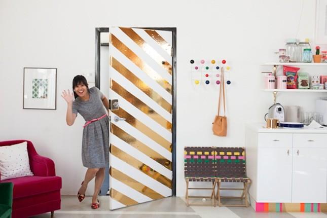 Với kiểu sơn kẻ sọc vàng đồng, cánh cửa nhà bạn sẽ vô cùng ấn tượng