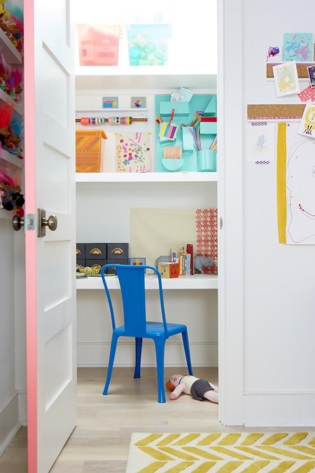 Sơn cạnh cửa bằng màu nổi bật rất phù hợp với phòng trẻ em