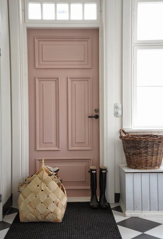 Sơn cửa màu hồng đất hợp với sơn tường màu trắng