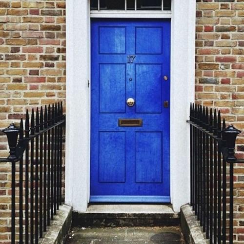 cửa chính màu lam