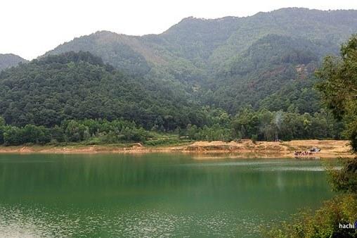 Nét hoang sơ kỳ vĩ của hồ Hoa Sơn