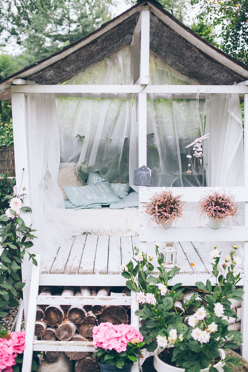 nhà thư giãn trong sân vườn