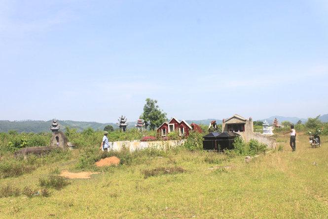 Dân bức xúc vì xây khu tái định cư gần... nghĩa trang, bãi rác