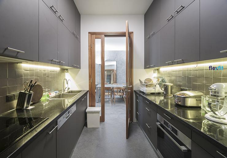 ánh sáng vàng trong phòng bếp