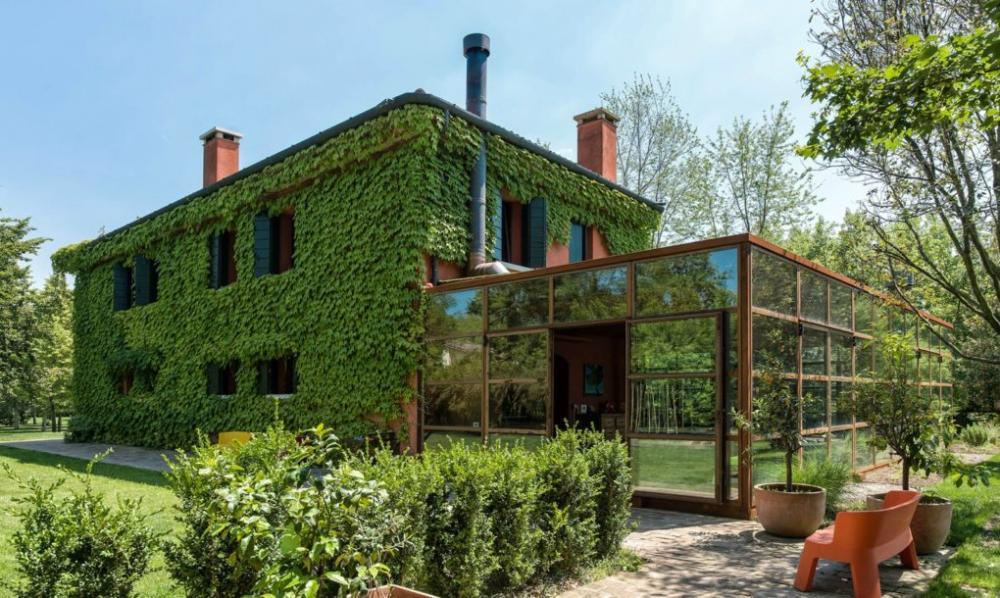 Ngắm ngôi nhà xanh mát phủ kín dây leo ở miền quê nước Ý