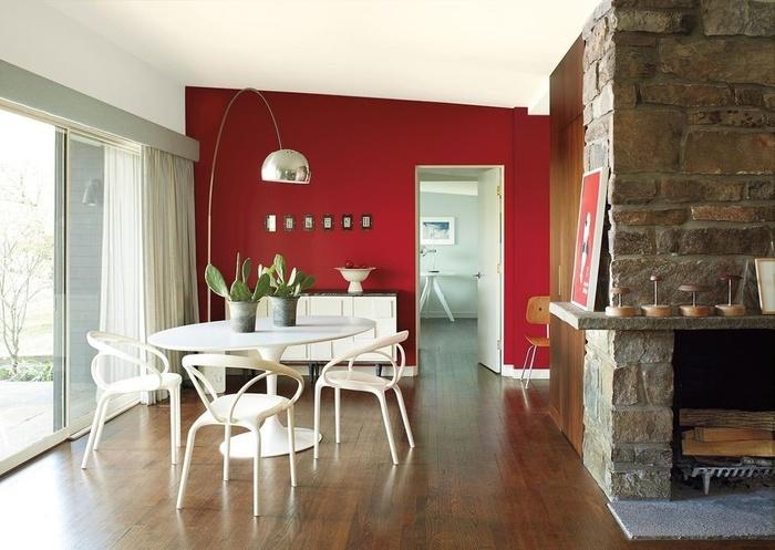 tường màu đỏ đậm