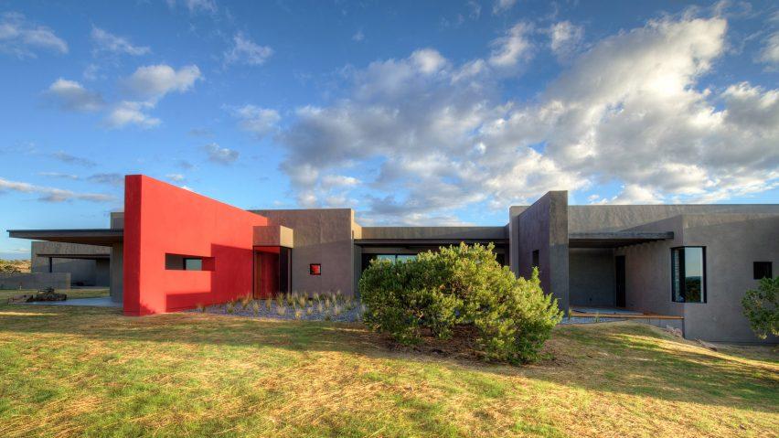 Ngôi nhà hiện đại có bức tường đỏ nổi bật giữa sa mạc 1