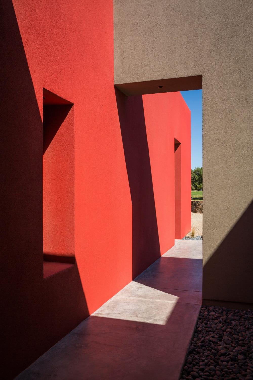 Ngôi nhà hiện đại có bức tường đỏ nổi bật giữa sa mạc 3