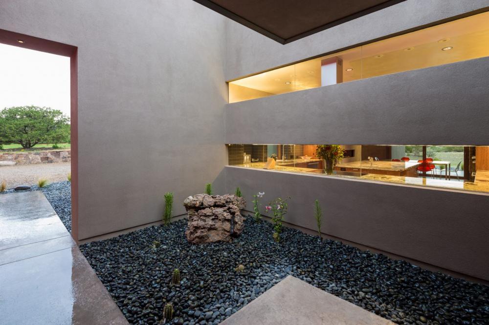 Ngôi nhà hiện đại có bức tường đỏ nổi bật giữa sa mạc 4