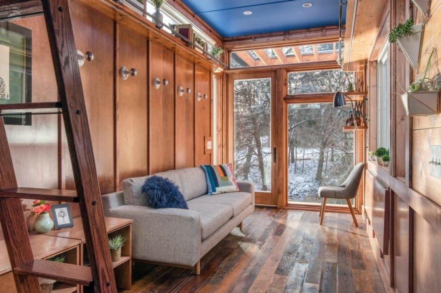Thăm ngôi nhà nhỏ xinh làm bằng gỗ tái chế của nữ nhà văn