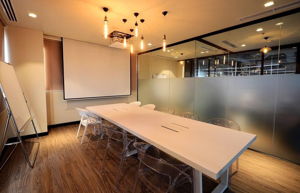 phòng họp màu trắng