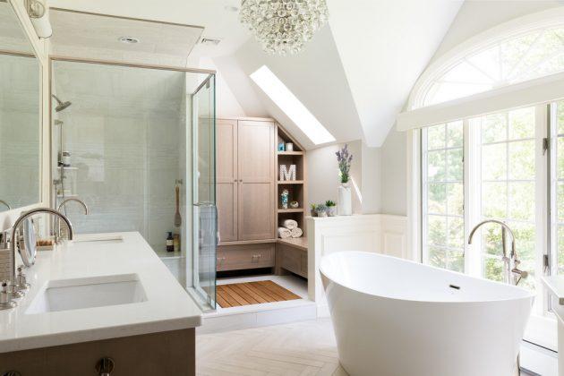 Tủ đồ trắng sáng trong phòng tắm