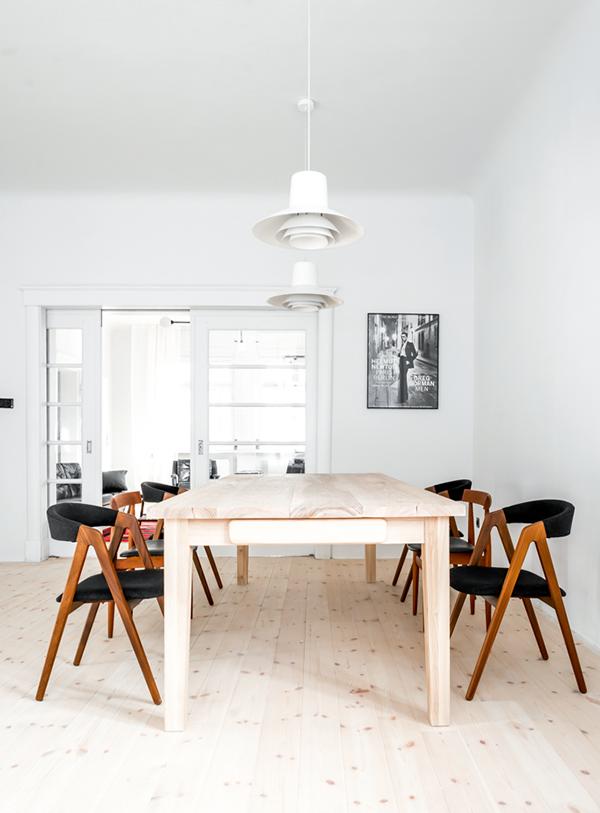 Đồ nội thất sử dụng với đường nét đơn giản, nhiều sắc độ gỗ làm bật lên trong không gian những bức tường màu trắng