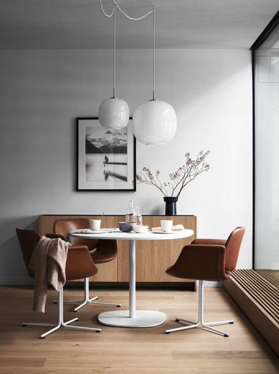 Chiếc tủ mang phong cách Nhật nhưng bộ bàn ghế đậm chất châu Âu màu rượu cognac