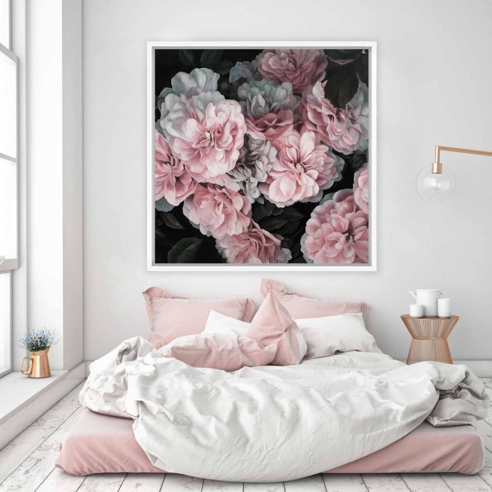 Một bức tranh sử dụng tông màu hài hòa với nội thất xung quanh chắc chắn là một điểm cộng lớn trong phòng ngủ