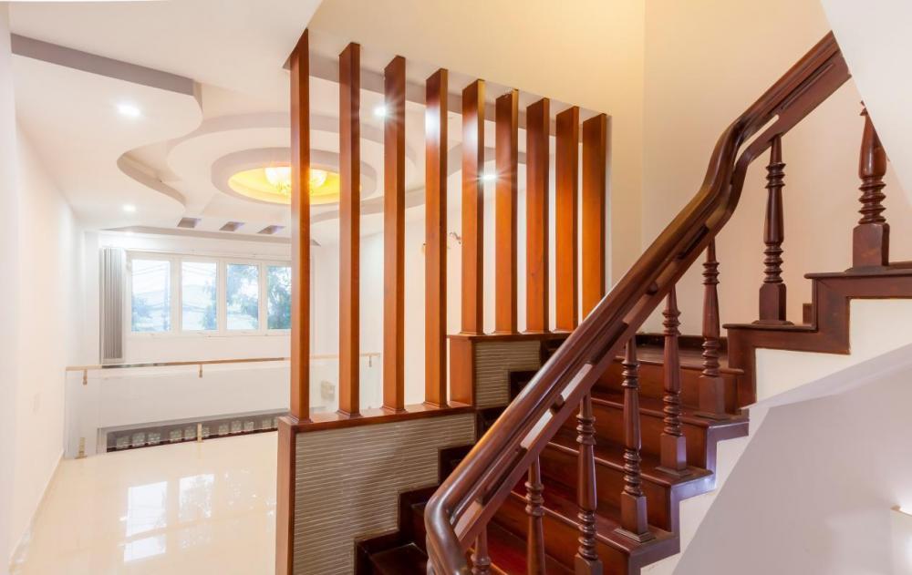 Cầu thang gỗ mang vẻ đẹp cổ điển khá được ưa chuộng trong thiết kế nội thất
