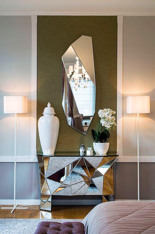 Chiếc gương gắn tường hình tinh thể đi kèm với một chiếc kệ gắn trở thành một cặp đôi hoàn hảo làm điểm nhấn cho toàn bộ căn phòng