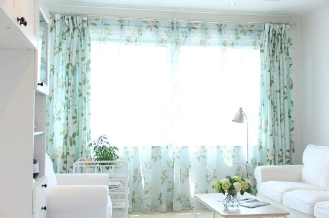 """Thay vì rèm lửng, sử dụng rèm phủ kín từ trần đến sàn giúp """"ăn gian"""" chiều cao căn hộ"""