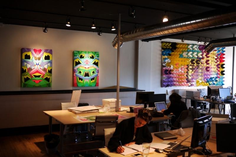 Treo tranh cũng là cách tạo điểm nhấn cũng như cảm hứng cho người làm việc