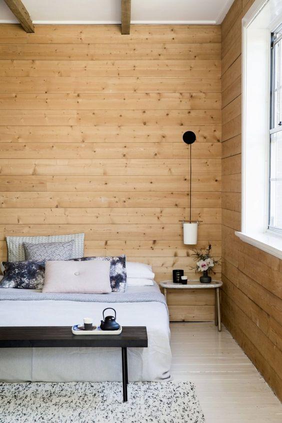 Ghế đầu giường tối màu phong cách Nhật nhưng giường ngủ lại mang đậm tinh thần Bắc Âu