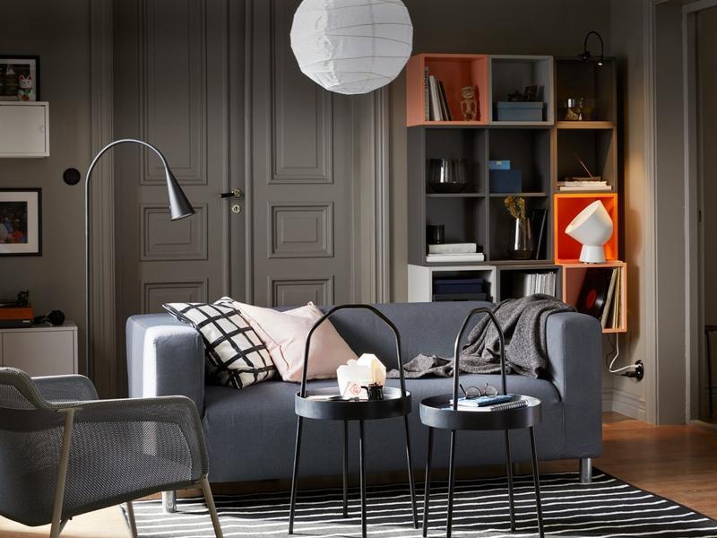 Với căn phòng diện tích nhỏ, chiếc bàn phụ khiến không gian trở nên chật chội hơn