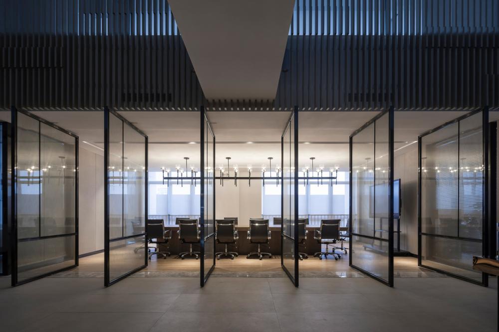 Phòng họp chính được bố trí thiết bị hiện đại phục vụ nhu cầu công việc