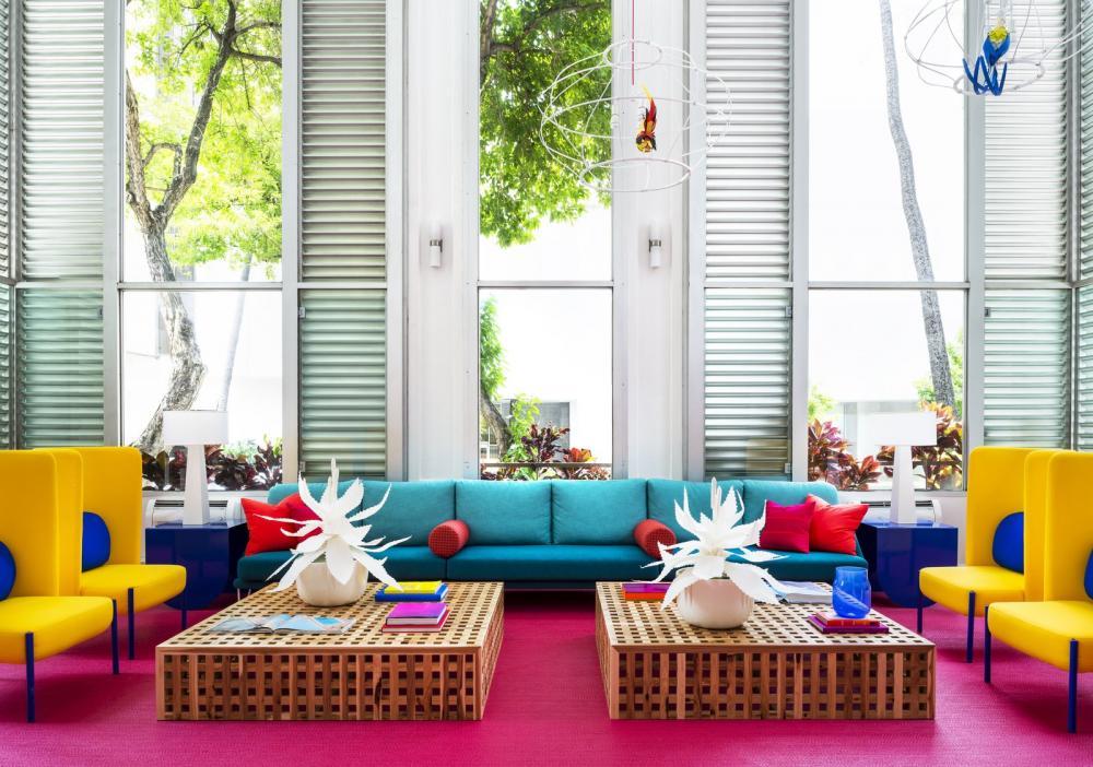 Sảnh đợi thực sự gây ấn tượng với cách phối màu độc đáo của sofa, thảm và tủ kê
