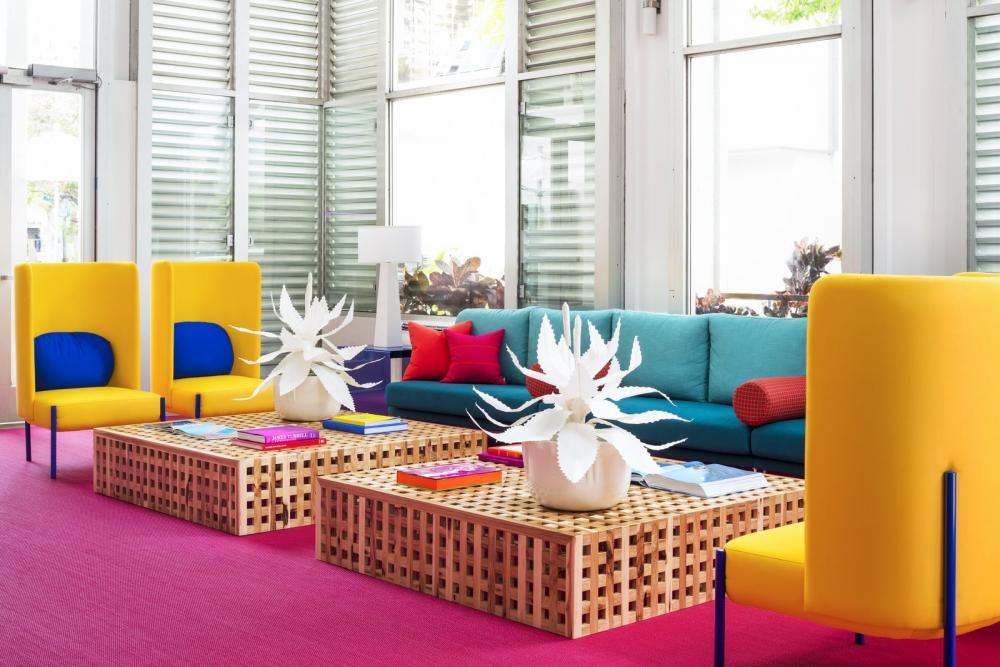 Bàn Acacia đặt thiết kế riêng làm bằng gỗ và ghế dài 14 foot màu vàng hiện đại mang lại không gian trẻ trung, năng động