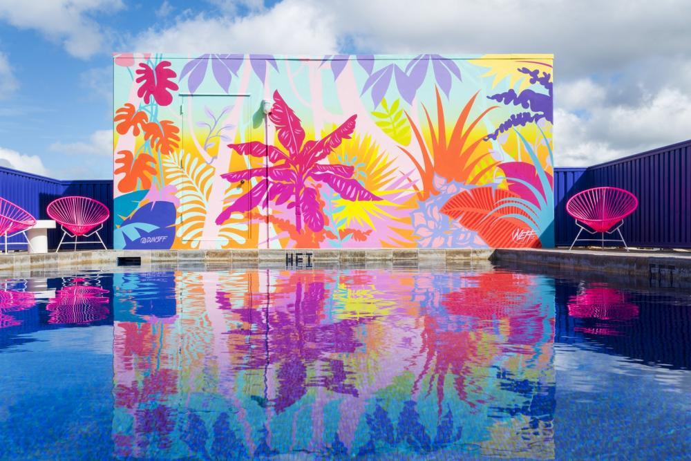 Hồ bơi trên mái nhà được làm sống động nhờ bức tranh tường được vẽ bởi một nghệ sĩ ở California, DJ Neff mang đến trải nghiệm đầy màu sắc với tầm nhìn bao quát toàn thành phố và bãi biển