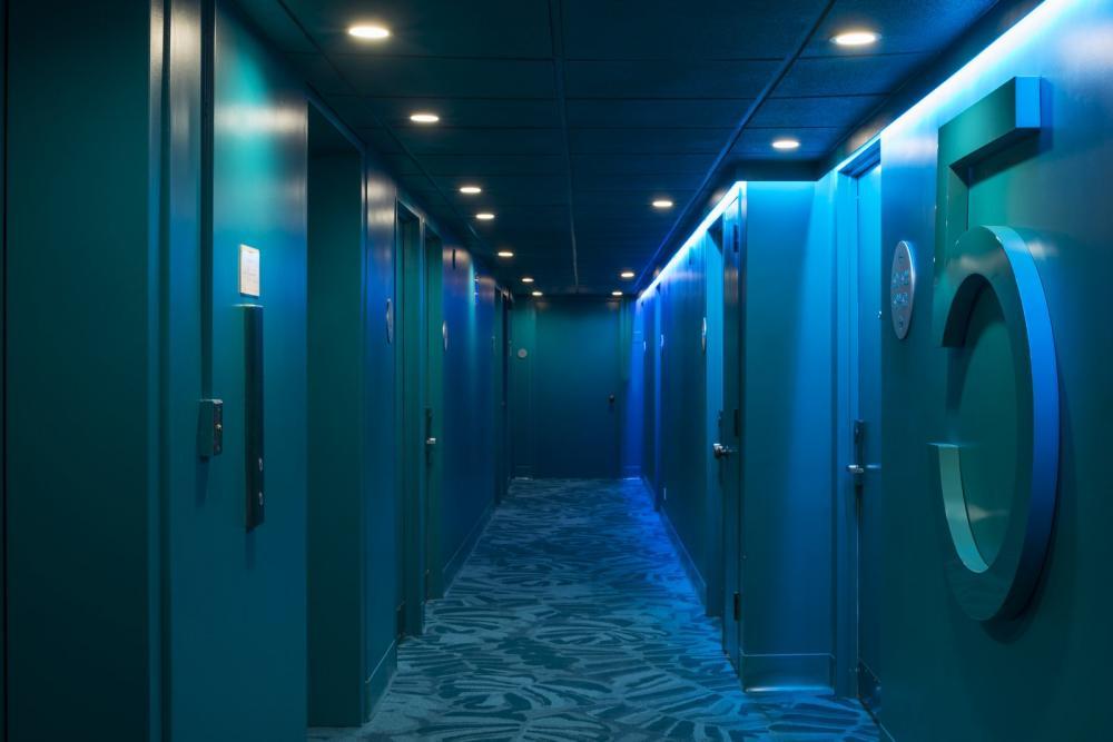 Lối đi vào mỗi phòng khá tối, trái ngược với sự sặc sỡ của tiền sảnh