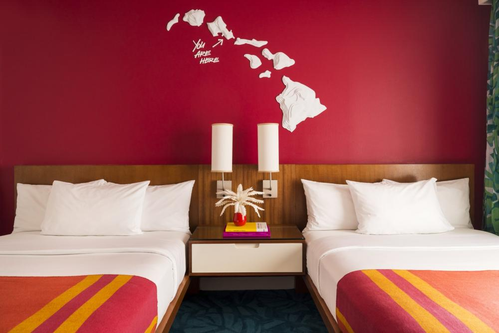 """Phòng đôi với 2 giường cỡ Queen với màu ga trải """"ăn khớp"""" với màu sơn tường"""
