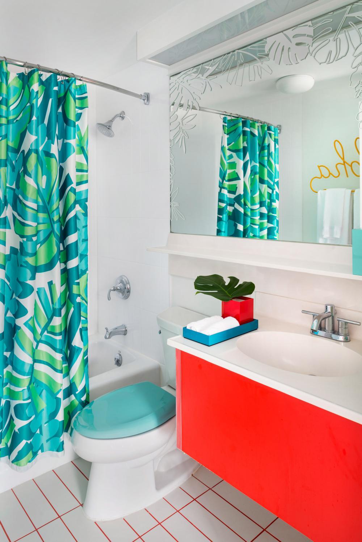 Phòng tắm có sử dụng rèm họa tiết hoa đúng chất Hawaii