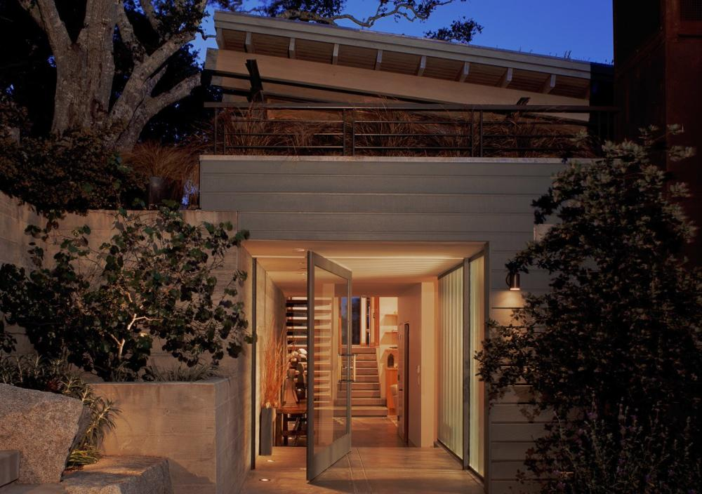Tầng 1 của ngôi nhà thấp hơn mặt đất nhằm giảm thiểu sự tác động đến cảnh quan xung quanh