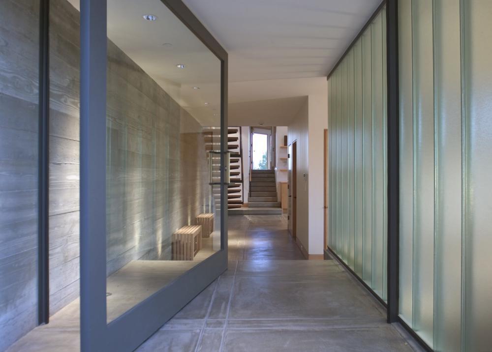 Lối dẫn vào nhà khá rộng với cửa chính bằng kính cường lực chắc chắn