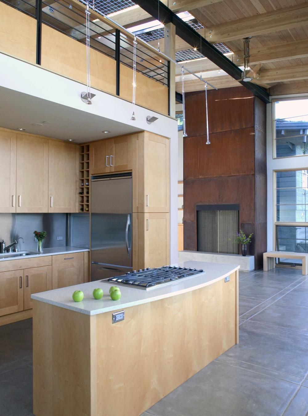 Hệ thống đèn thả mang lại ánh sáng vàng nhẹ nhàng cho cả căn bếp