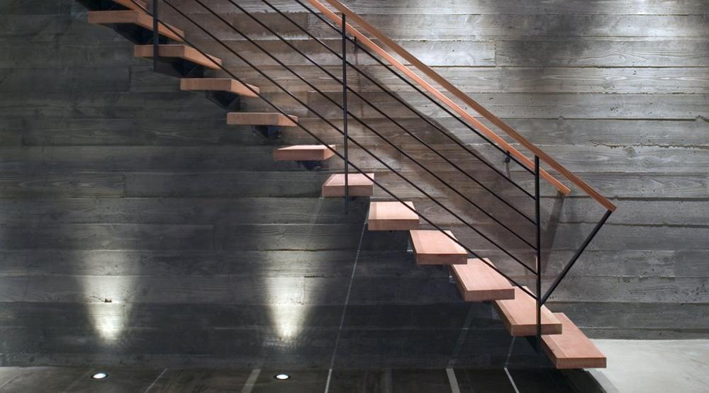 Cầu thang gỗ dẫn lên tầng 2 thiết kế khá đơn giản