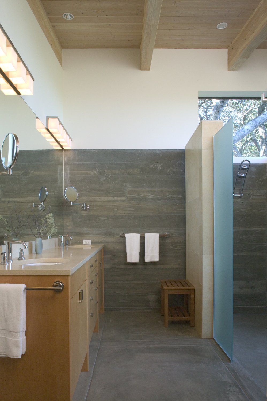 Phòng tắm được lát gạch giả gỗ cùng sàn chống trơn trượt