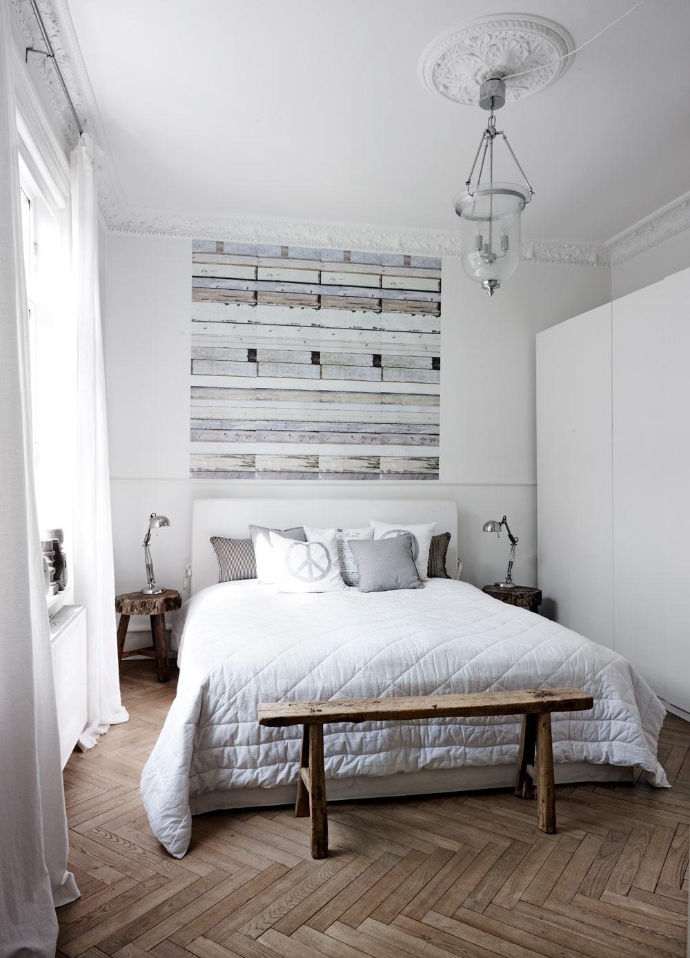 Với phòng ngủ có diện tích khiêm tốn, gam màu sáng sẽ vô cùng hữu ích