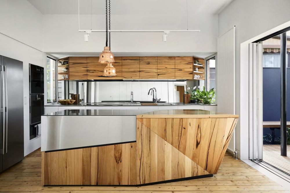 Phòng bếp được thiết kế chủ yếu từ vật liệu gỗ lâu đời