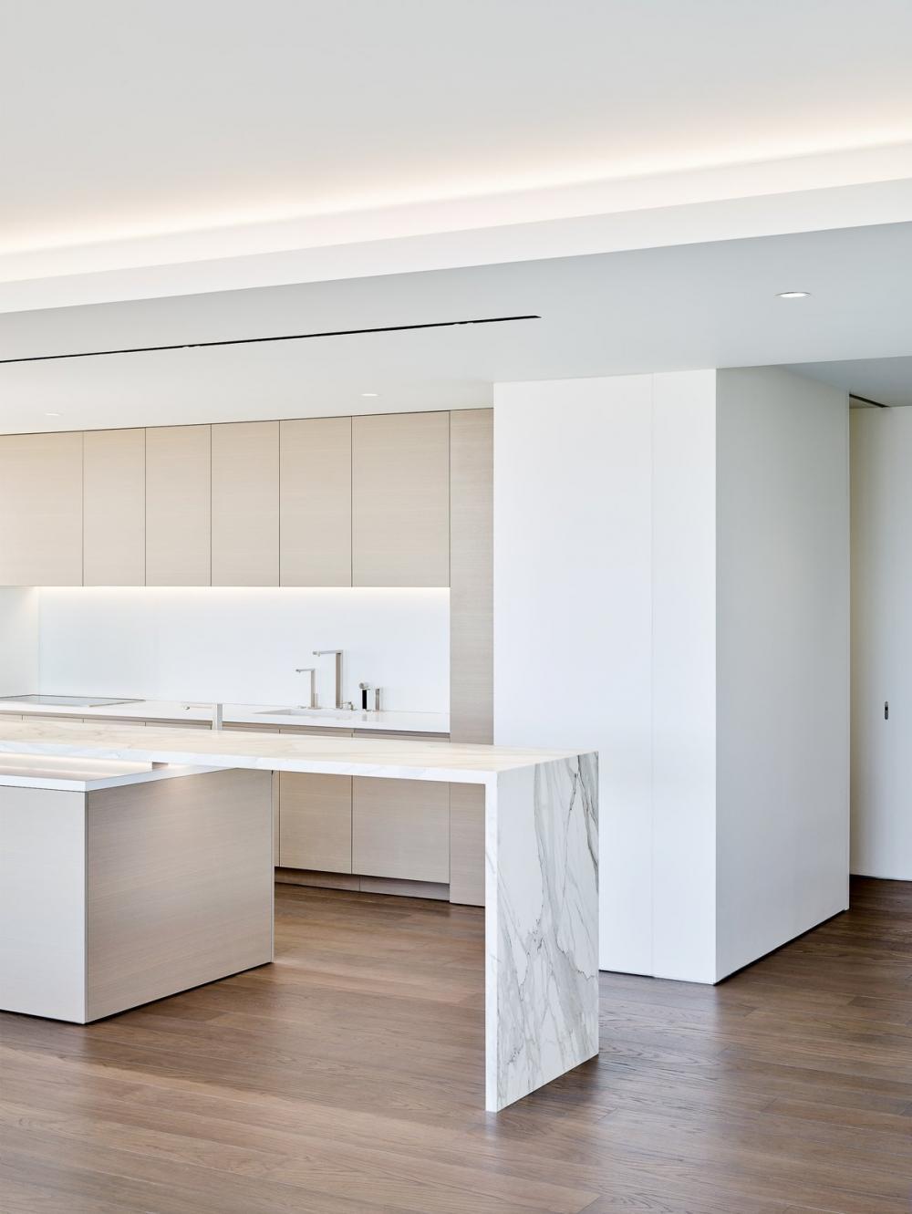 Nội thất bếp có gam màu trắng giúp căn bếp thoáng đáng, sáng sủa hơn