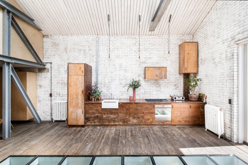Nội thất bếp được làm từ gỗ Iroko khai hoang đậm nét mộc mạc, giản dị