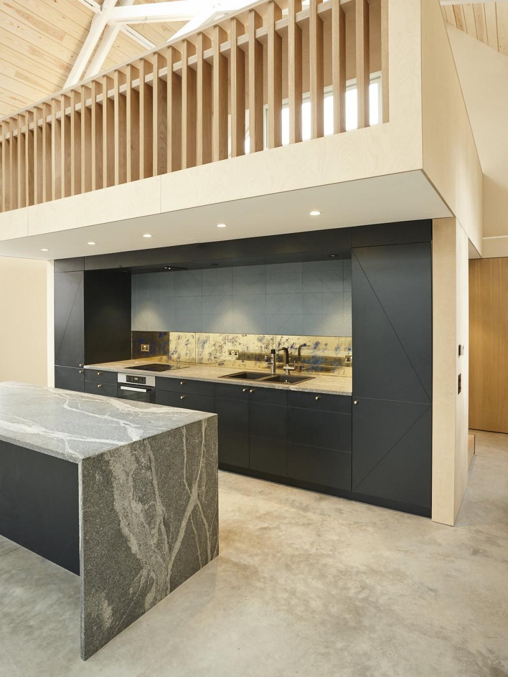 Phòng bếp có backsplash (bề mặt đằng sau bếp hoặc bồn rửa) và bàn bếp Quartzit sang trọng, hiện đại
