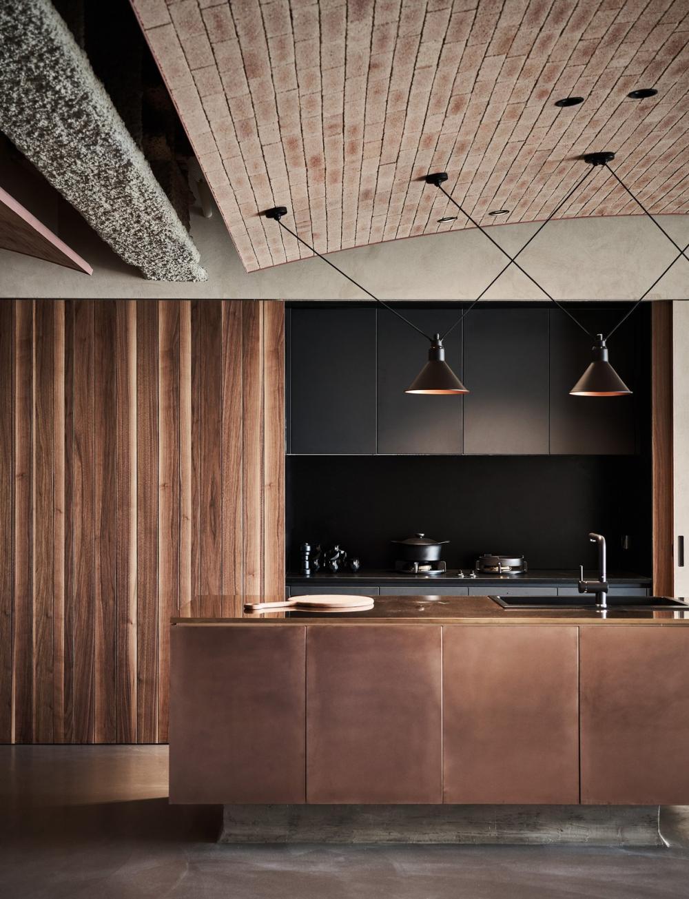 Phòng bếp lấy tông màu nâu làm chủ đạo, tạo ra một không gian hết sức cá tính