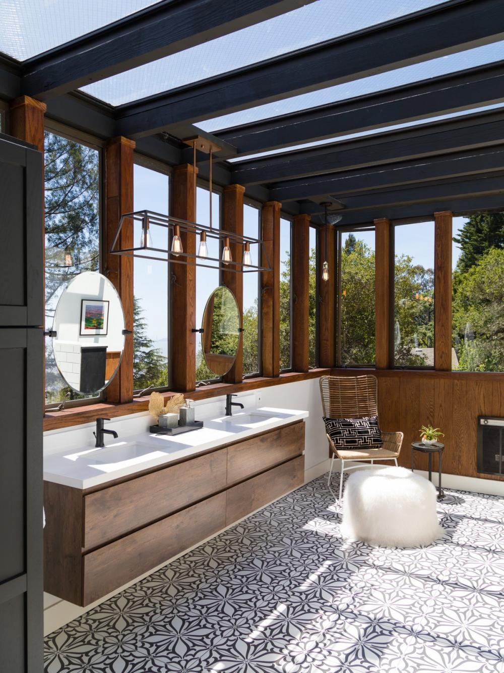 Phòng tắm tràn ngập ánh sáng tự nhiên, có riêng một góc ngồi nghỉ ngơi, thư giãn