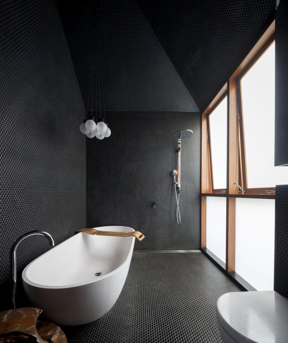 Phòng tắm sử dụng gạch mosaic đen cá tính