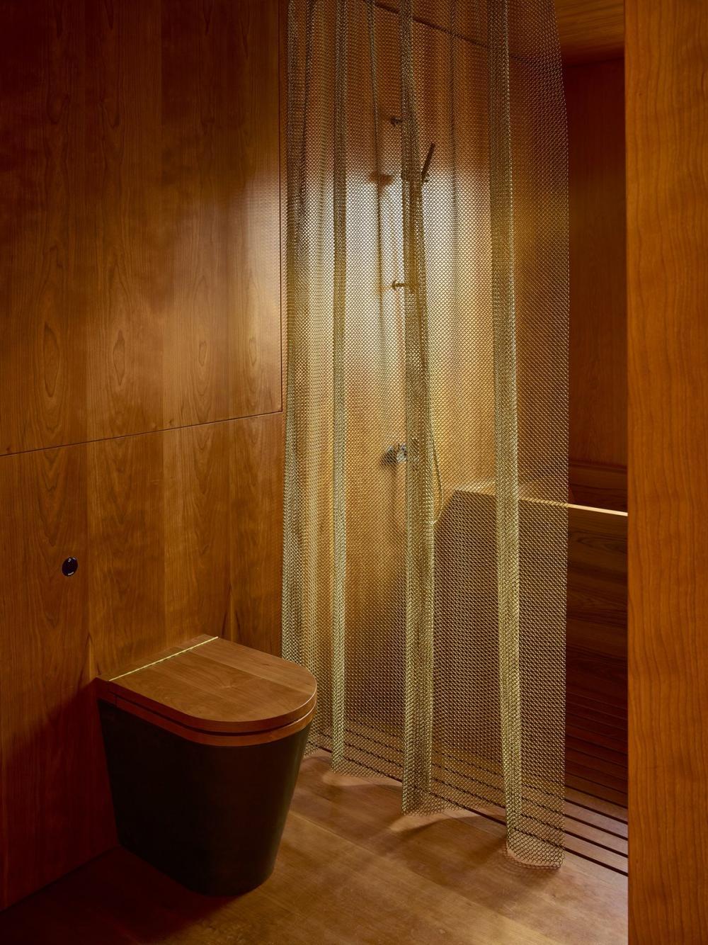 Phòng tắm được làm hoàn toàn từ gỗ chống thấm nước