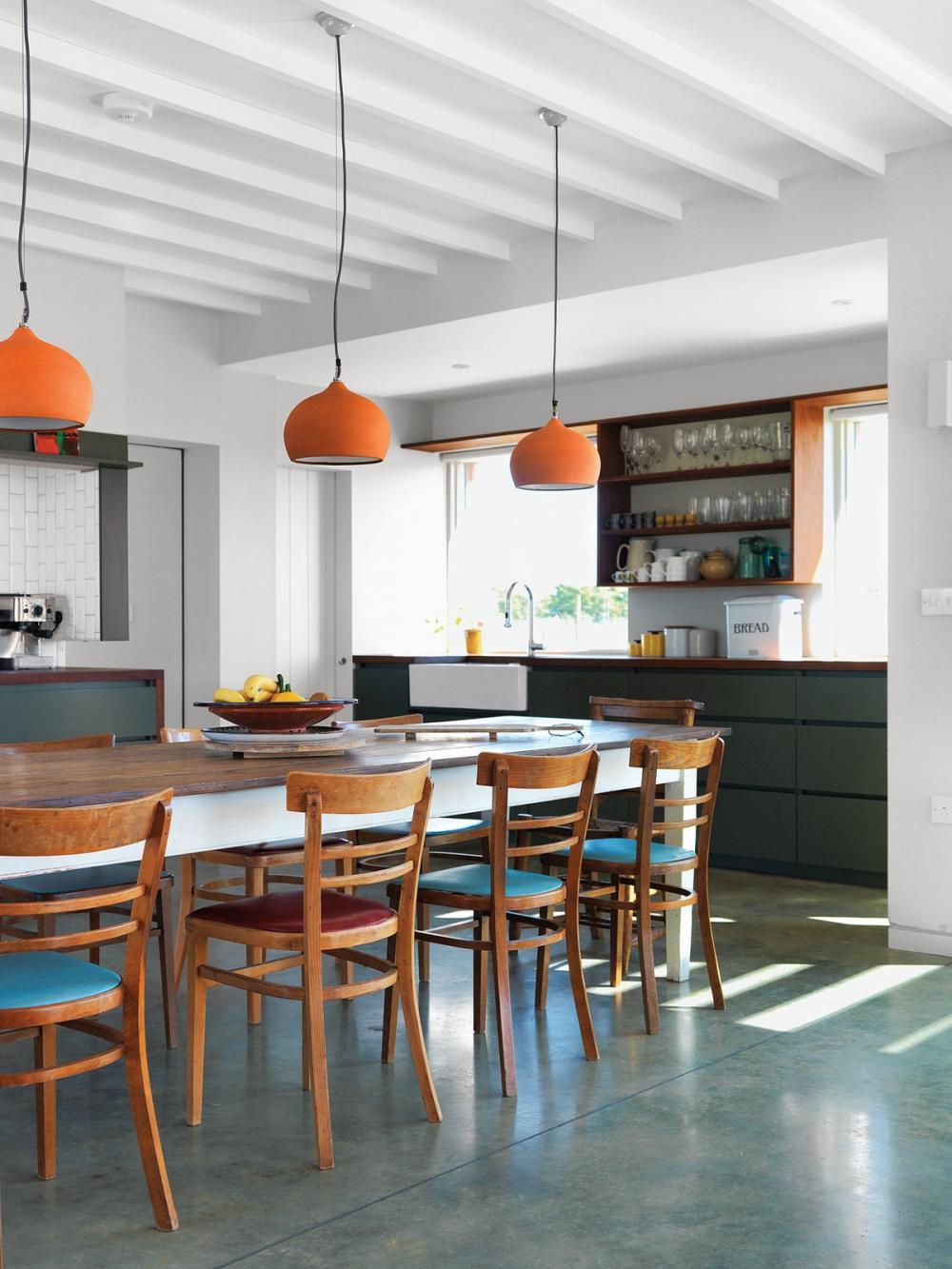 Đệm ghế màu sắc xen kẽ như này cũng tạo điểm nhấn đặc biệt cho phòng ăn