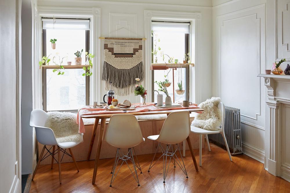 Mặc dù kiểu dáng khác nhau nhưng với cùng một tông màu, những chiếc ghế ăn này cũng khiến không gian trở nên hiện đại