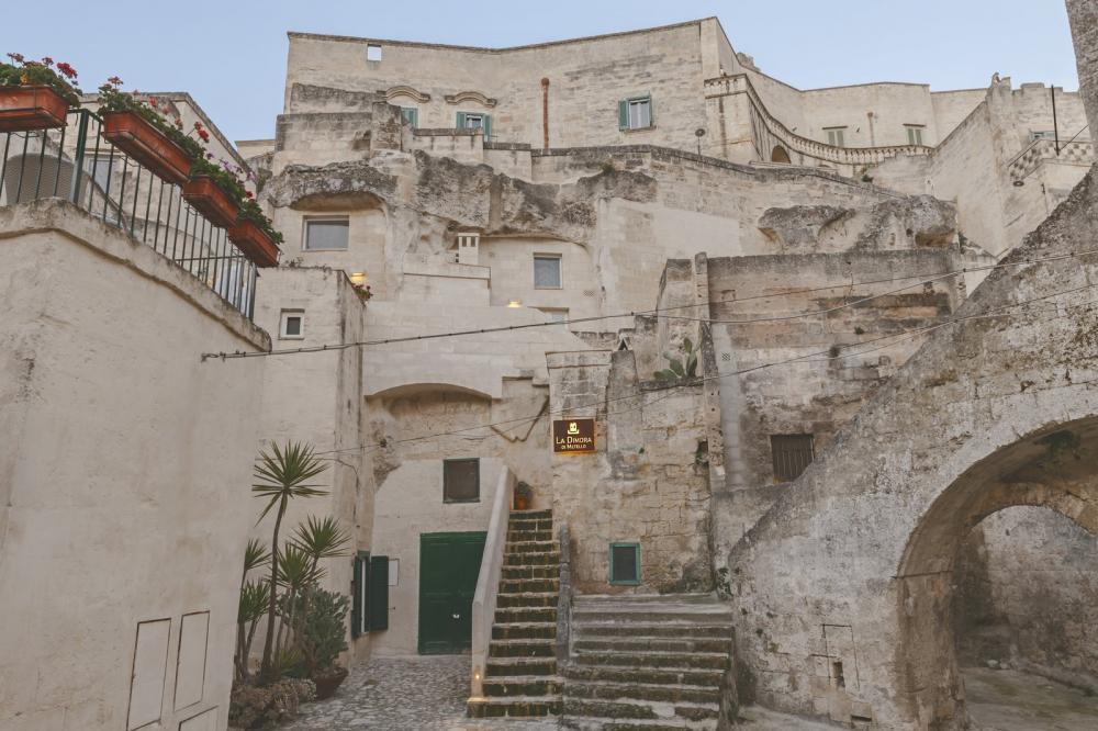 Khách sạn xây dựng, cải tạo từ những ngôi nhà ngay trong những hang đá vôi cổ cách đây 7000 năm trước Công nguyên