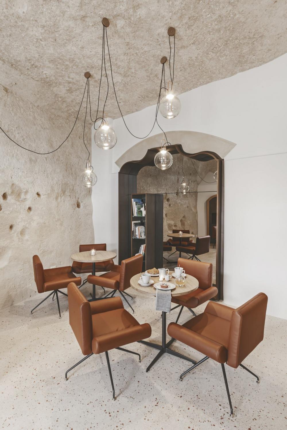 Phòng tiếp khách hiện đại với đèn thả trang trí độc đáo